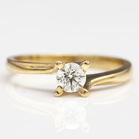 An 18k gold ring with a ca. 0.41 ct brilliant cut diamond.