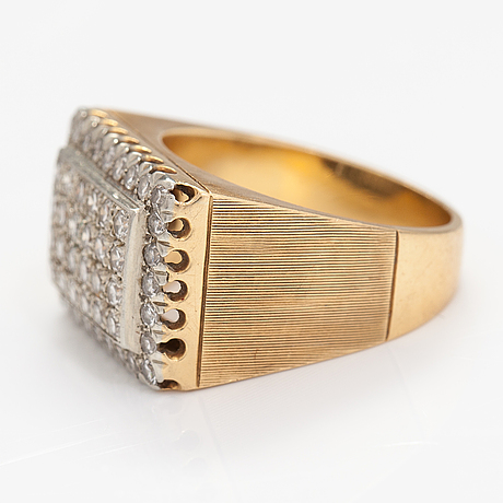 An 18k gold ring with diamonds ca. 1.30 ct in total.