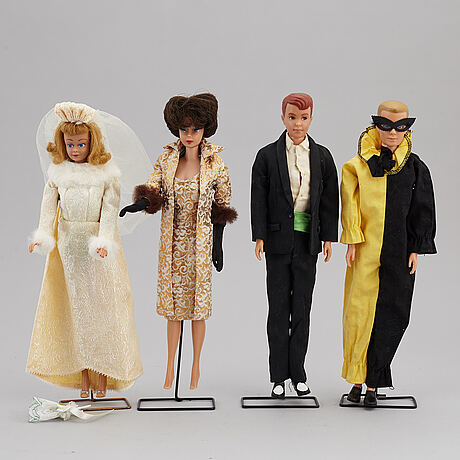 A set of 4 mattel 1960's barbiedolls and accessories.
