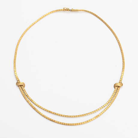 An 18k gold necklace.