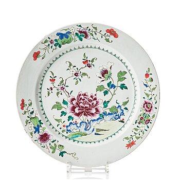 804. A famille rose serving dish, Qing dynasty, Qianlong (1736-95).