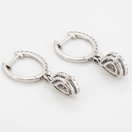 Diamond earings.