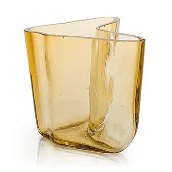 ALVAR AALTO, A '9751' vase Karhula Glassworks 1937.