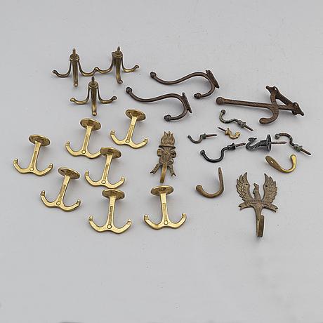 Samling hÄngare, olika modeller, mässing, 1900-tal.