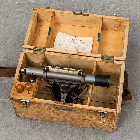 Teodolit med stativ, 1900-talets mitt.