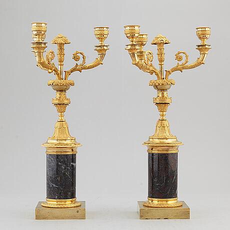 Kandelabrar, ett par, förgylld brons och marmor, 1800-talets första hälft.