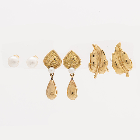 4 pair of earrings and 1 brooch, 18k gold cultured pearls.