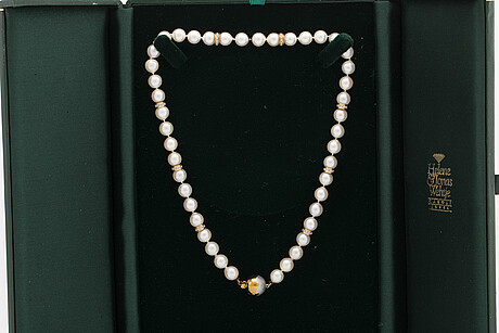 Pearl necklace, cultured pearls 7,5-8 mm, clasp 18k gold diamonds and spacers 18k gold and diamonds 0,60 ct in total.