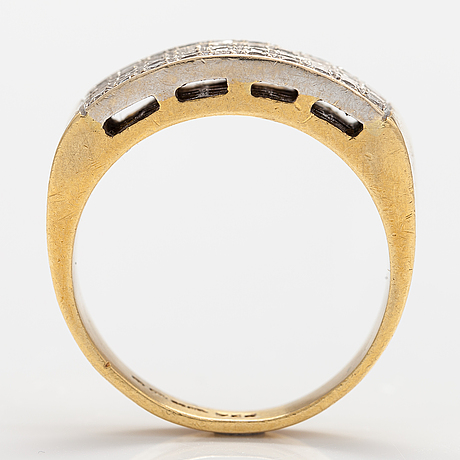 An 18k gold ring with diamonds ca. 0.48 ct in total.