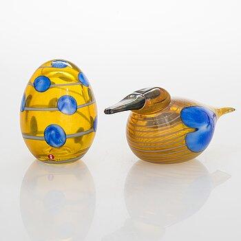OIVA TOIKKA, An annual glass bird with its egg, year 2004, both signed O. Toikka Nuutajärvi, the egg numbered 207/750.
