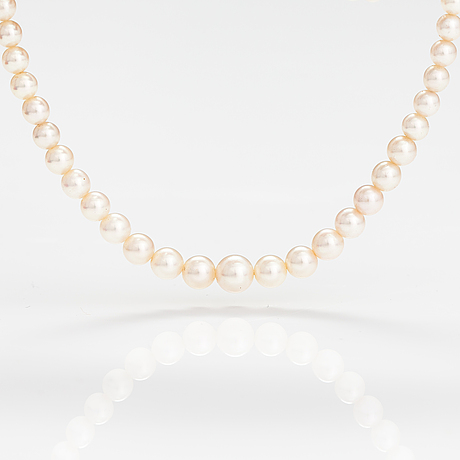 A pearl collier with cultured pearls and a silver clasp.