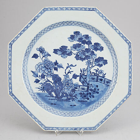 A blue and white serving dish, qing dynasty, qinanlong (1736-95).