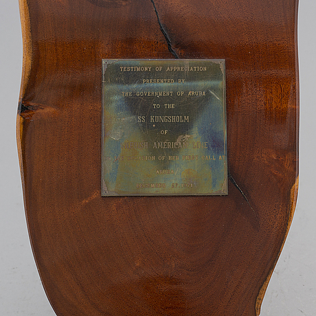 A gift plaque from aruba to m/s kungsholm, swedish american line.