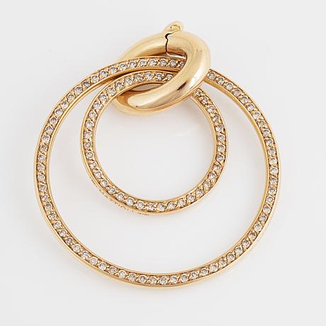 An 18k gold pendant set with round brilliant-cut diamonds.