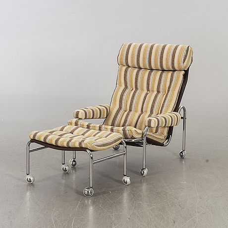 A easy chair whit foot stool.