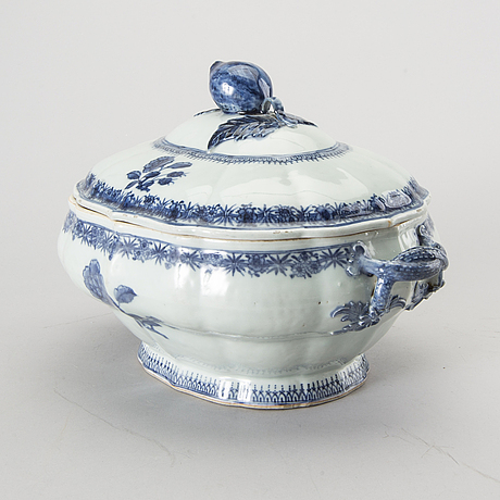 An app. 1800 chinese porcelain tureen with dish.