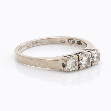 Ring 18k whitegold 3 brilliant-cut diamonds 0,58 ct in total inscribed.