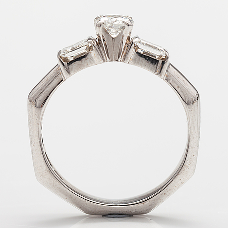 Ring, 18k vitguld, princess- och briljantslipade diamanter ca 0.69 ct tot. finland 1999.