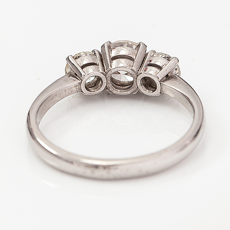 A 14k white gold ring with diamonds ca. 1.41 ct in total. vartanet deranax oy, vantaa 2019.