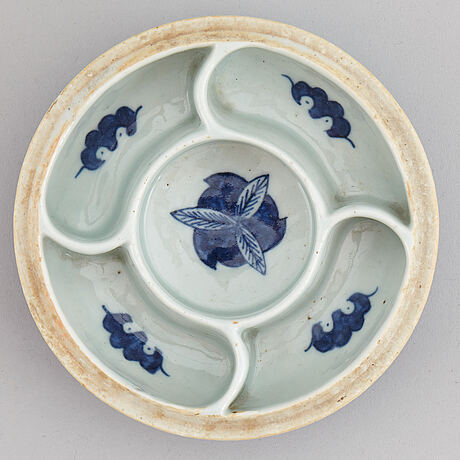 A blue and white serving bowl with cover, qing dynasty, 19th century.