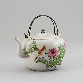 A famille rose teapot with cover, Qing dynasty, late 19th/early 20th century.
