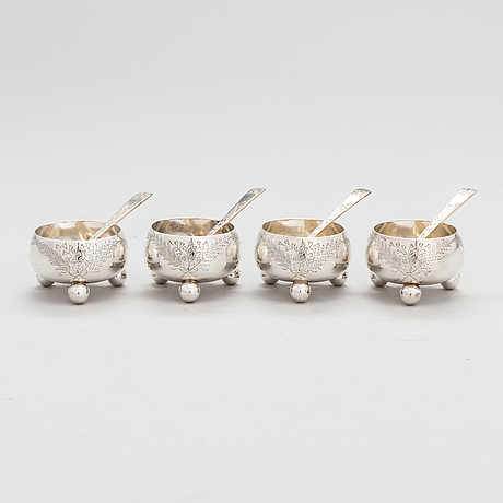 A silver salt cellar set with spoons, london 1883.