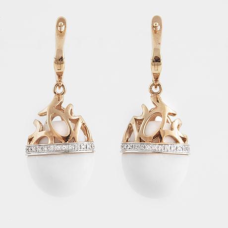 ÖrhÄngen med briljantslipade diamanter och vit agat.