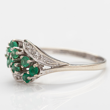 A 14k white gold ring with emeralds and diamonds ca. 0.02 ct in total. import marked turun hopea, turku 1995.