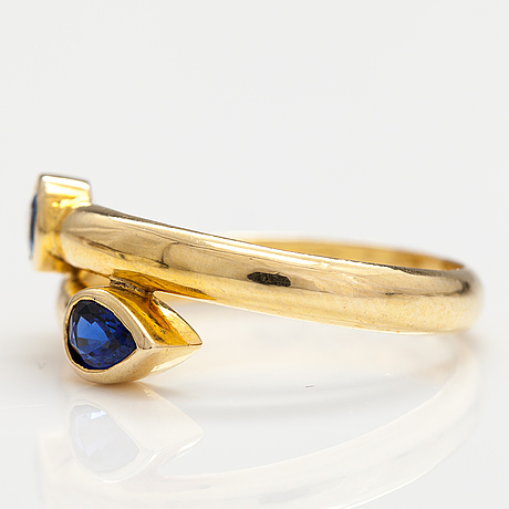 An 14-18k gold ring with two sapphires.