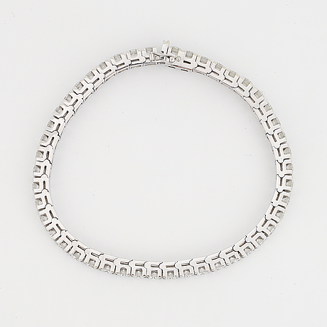 An 18k white gold tennisbraclet set with round brilliant-cut diamonds.