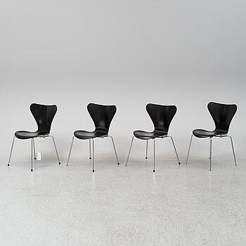 Four 'serie 7 chairs' by Arne Jacobsen for Fritz Hansen.
