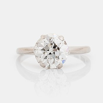 370. An 18K white gold ring set with an old-cut diamond weight ca 2.25 cts.