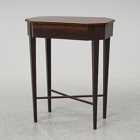 A mahogany veneered sewing table, early 20th ventury.