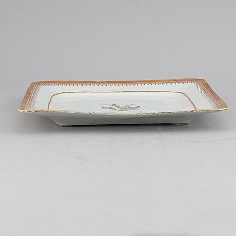 A famile rose export porcelain squared serving dish, qing dynasty, qianlong (1736-95).