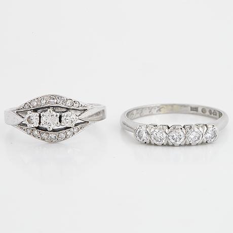 Two diamondrings.