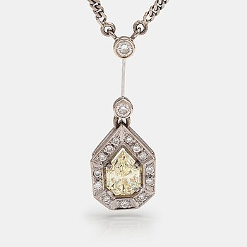 A 14K and 18K white gold necklace with a empress-cut diamond ca 1.24 ct and brilliant-cut diamonds ca 0.24 ct in total.