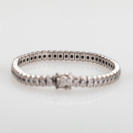 An 18k white gold bracelet with diamonds ca. 4.70 ct in total.