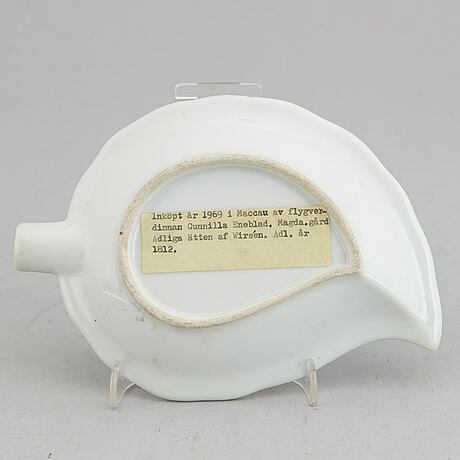 A chinese famille rose weapon porcelain dish, 20th century.