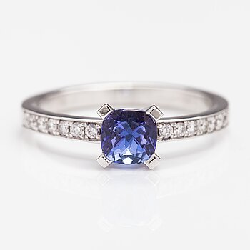A 14K white gold ring with diamonds ca. 0.17 ct in total and a tanzanite.