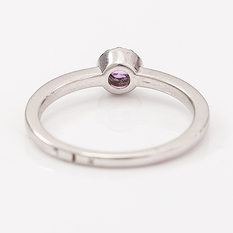 An 18k white gold ring with a pink sapphire and diamonds ca. 0.07 ct in total.