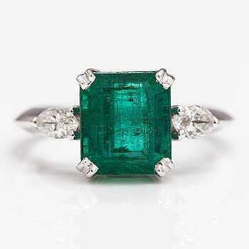 An 18K white gold ring with a ca. 3.50 ct emerald and ca. 0.36 ct of diamonds.