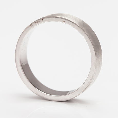 An 18k white gold ring. itd oy.