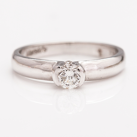 An 18k white gold ring with diamonds ca. 0.38 ct in total.