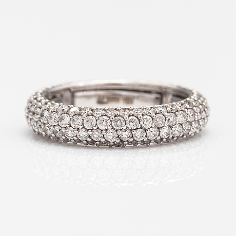 An 18k white gold ring with ca 2.40 ct of diamonds. marked al3886.