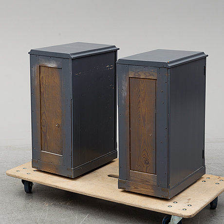 A pair of bed tables, lacquered wood, 20th century.