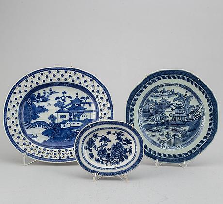 Fat, två stycken, samt tallrik, kompaniporslin. qingdynastin, 1700-tal.