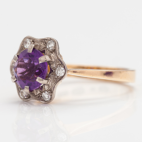 An 18k gold ring with diamonds ca. 0.10 ct in total and an amethyst. h.lahtinen & co, helsinki 1973.