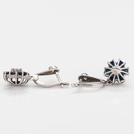 A pait of 14k white gold earrings with diamonds ca. 1.00 ct in total and sapphires.