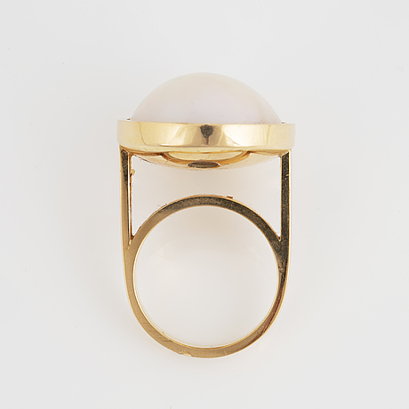 18k gold and mabe pearl ring.