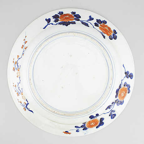 A large imari serving dish, japan, meiji (1868-1912).